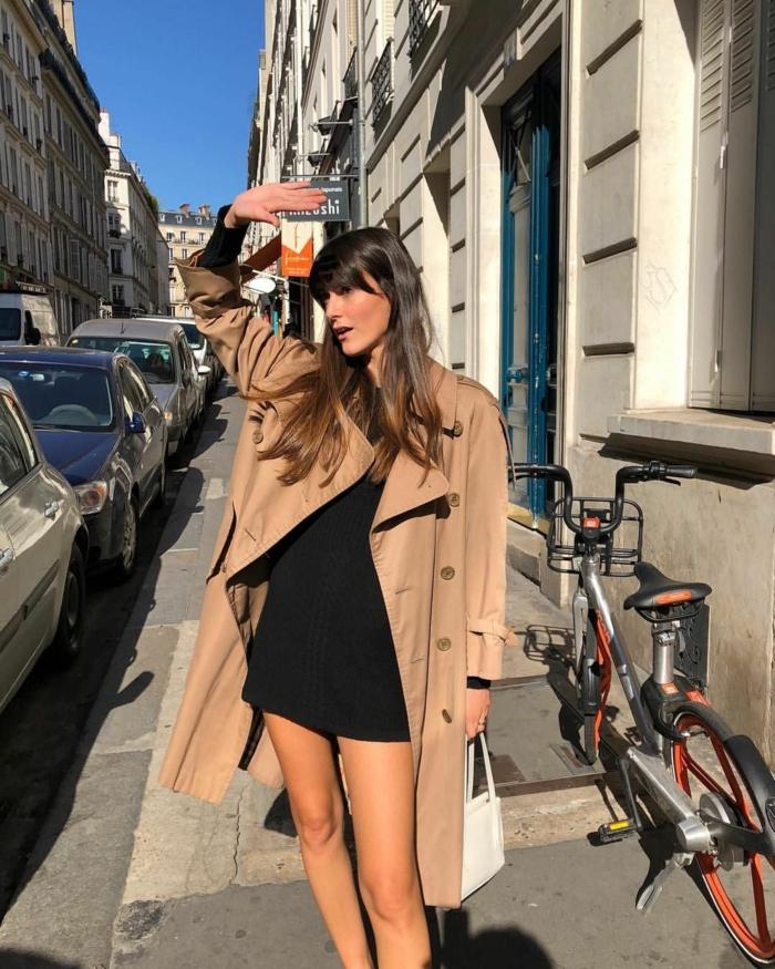 trench coat camel petite robe noire tenue stylée femme look parisienne les femmes bien habillées