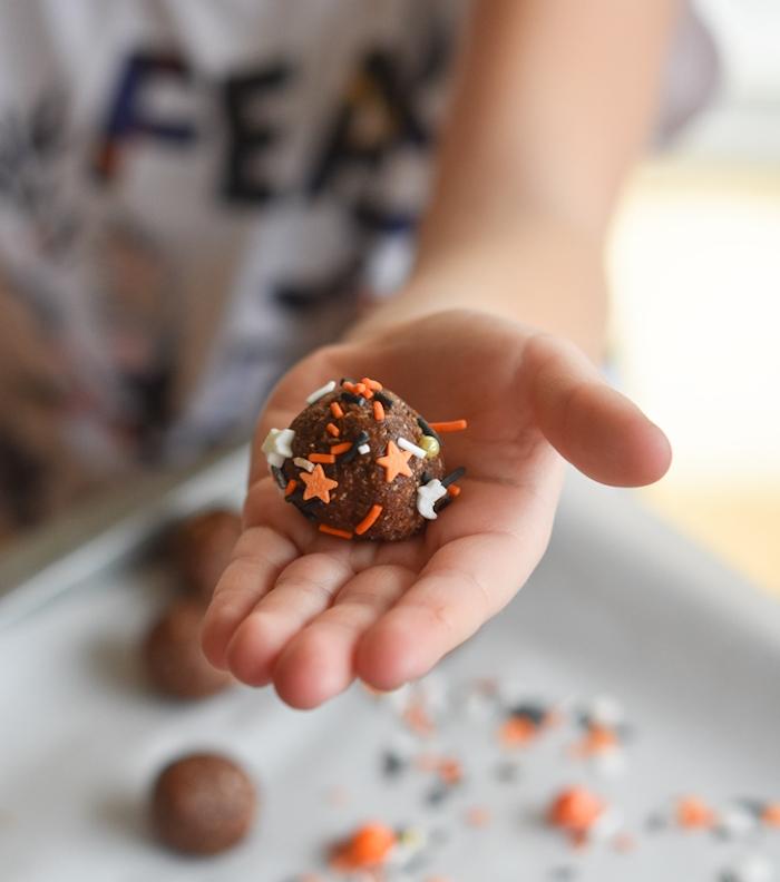 truffes au chocolat enroulés dans vermicelles de sucre menu halloween dessert healthy enfant
