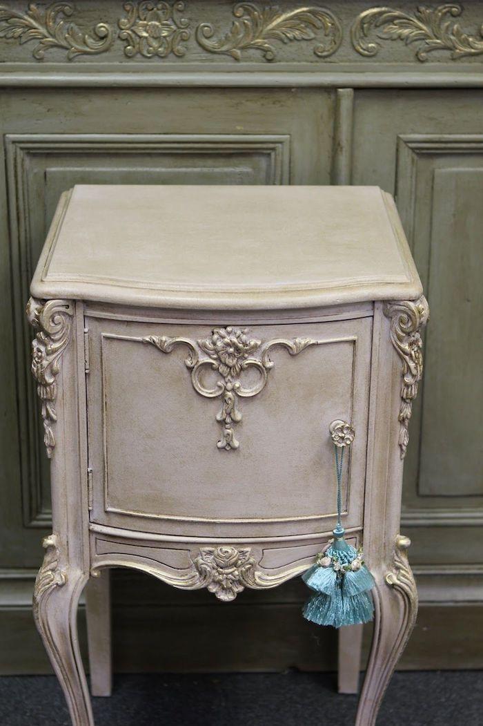 un meuble ancien relooké un armoire en bois ancien couleur blanc style vintage