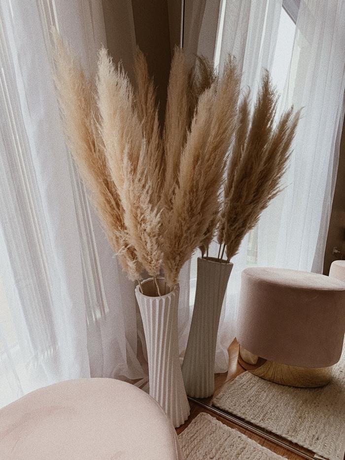 vase pampa décoration intérieur boho minimaliste objets fibre naturelle couleur tapis beige pouf velours rose poudré