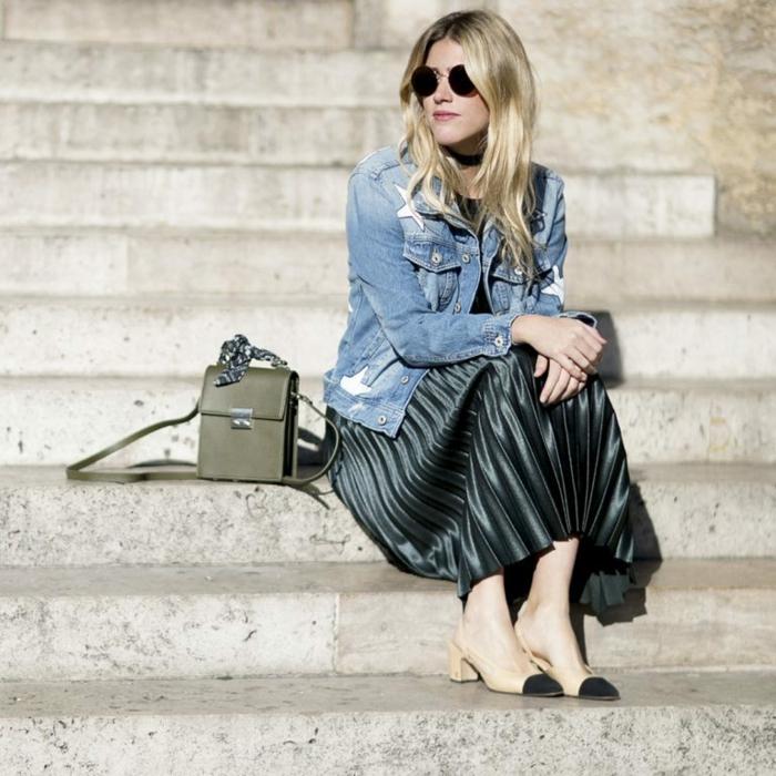 veste en jean couleur metalique jupe plissee chaussures a talon jupe noire plissée quelles chaussures porter avec une jupe longue plissee