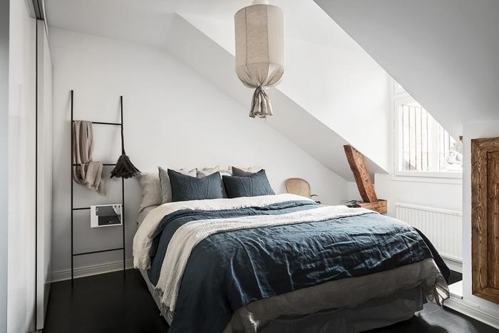échelle décorative métal accents bois chambre sous comble déco blanc et bois linge de lit gris anthracite plaid beige