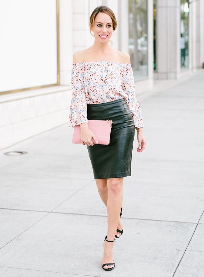épaules dénudées blouse blanche motifs floraux tenue avec jupe en cuir soiree taille haute sandales à talons noires