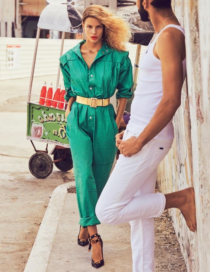 alena blohm look année 80 combinaison verte et chaussures a talon avec une ceinture d oree mi taille
