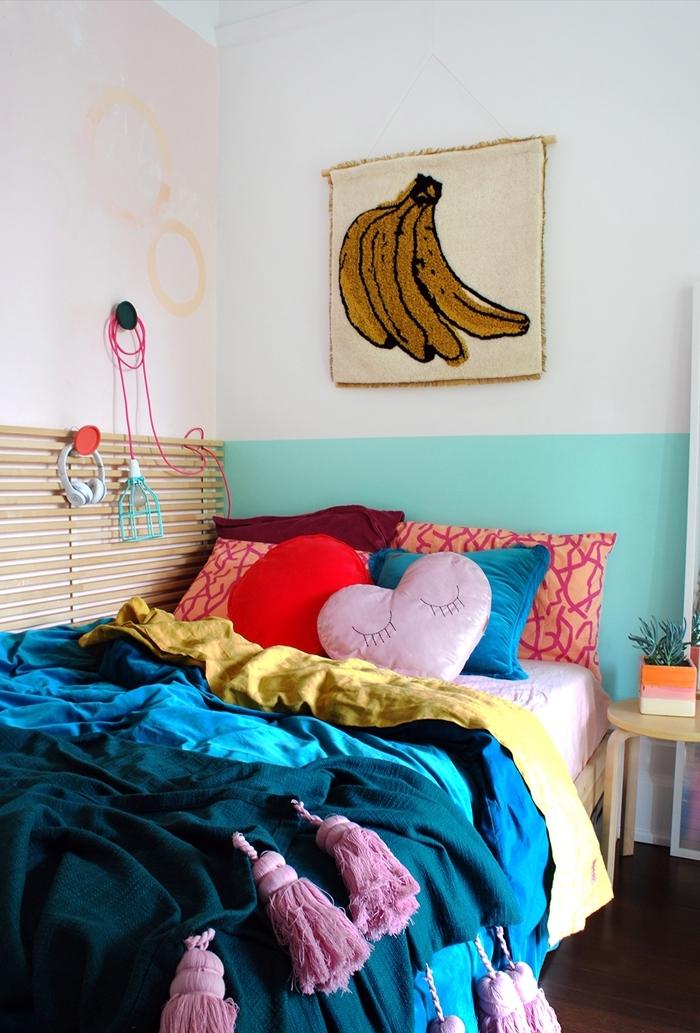 accents colorés pan de mur peinture turquoise deco petite chambre planches bois rangement mural jeté lit glands