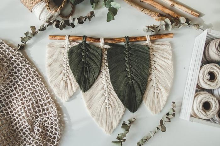 activité manuelle facile suspension macramé originale diy bois flotté plume corde vert foncé feuille noeud plat