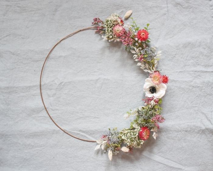 activité manuelle printemps facile diy couronne de fleurs deco murale cerceau fil fer branches feuillage fleurs