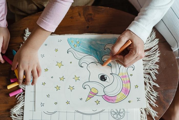 activite manuelle loisir creatif maternelle coloriage licorne dessin facile crayons table bois mere et fille