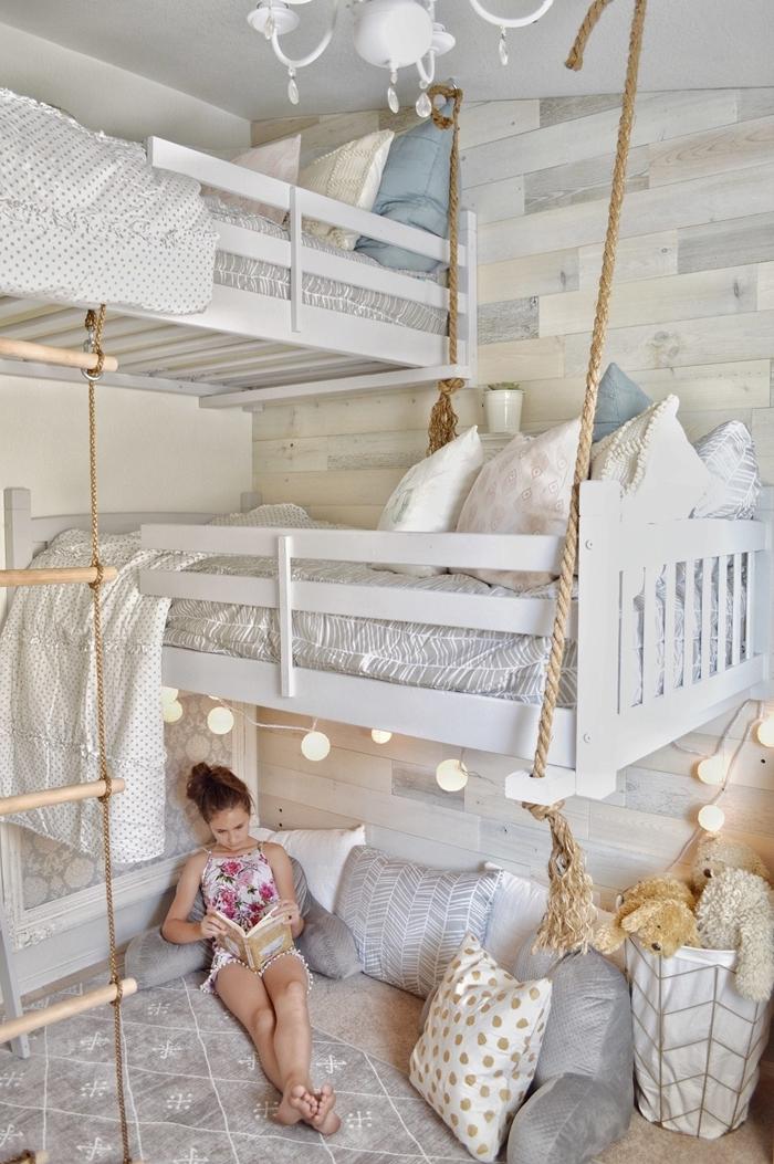 aménagement chambre 10m2 fille lit mezzanine lustre cristaux cadre de lit bois blanc tapis blanc et gris coussins sol