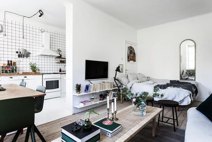 aménagement petit studio crédence grillage plan de travail bois table à manger bois chaise noir mat déco lit cocooning