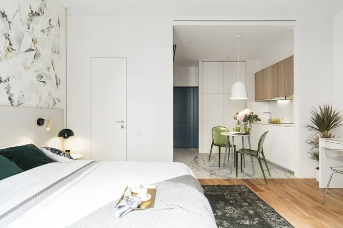 aménagement petit studio cuisine blanche meubles haut bois éclairage lampe suspendue blanche chaise verte