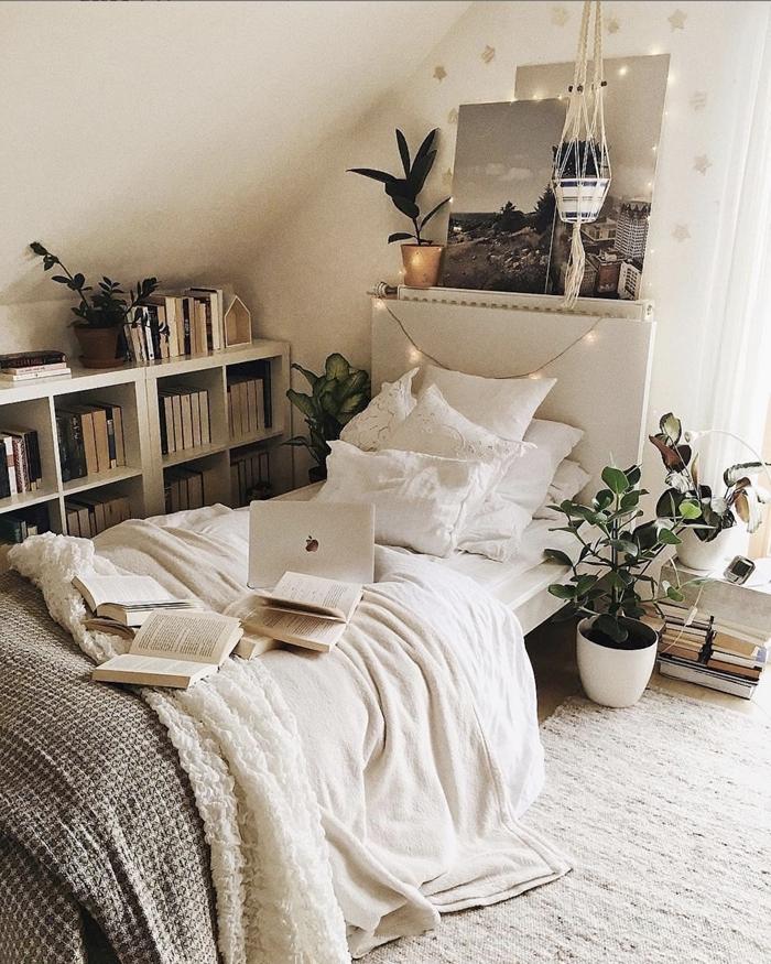 aménagement petite chambre ado style boho moderne plantes vertes étagère bois rangement ouvert jeté lit blanc