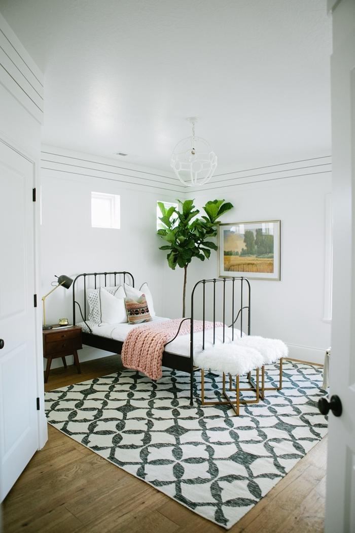 aménagement petite chambre ado tapis blanc et noir revêtement sol parquet bois chambre enfant plante verte