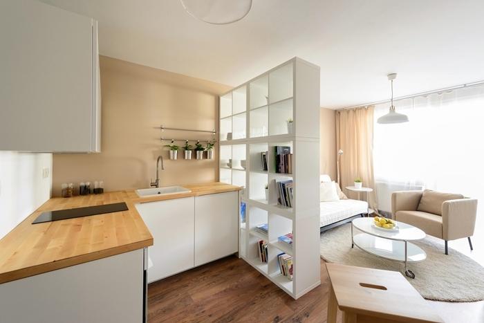 aménagement petite cuisine d angle plan de travail bois peinture beige revêtement sol bois étagère séparation pièce