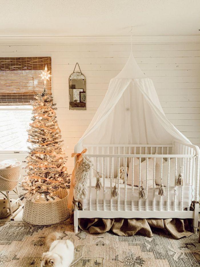 aménagement chabre bébé fille avec lit blanc guirlande à fanions sapin de noel décoré de guirlande lumineuse tapis oriental murs blancs