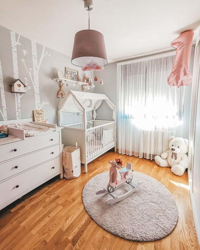 aménagement chambre bébé cocooning avec lit blanc parquet bois clair commode bébé chambre bébé mixte lumineuse