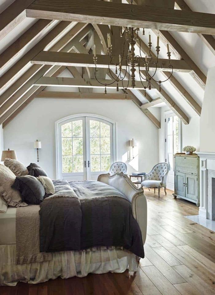 amenagement chambre sous pente déco rustique murs blancs poutres bois cheminée décorative applique murale vintage