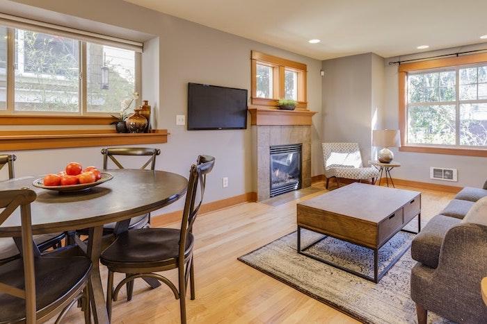 amenagement d un salle de sejoour avec un coin repas de cuisine compose de quatre chaises et une table en bois