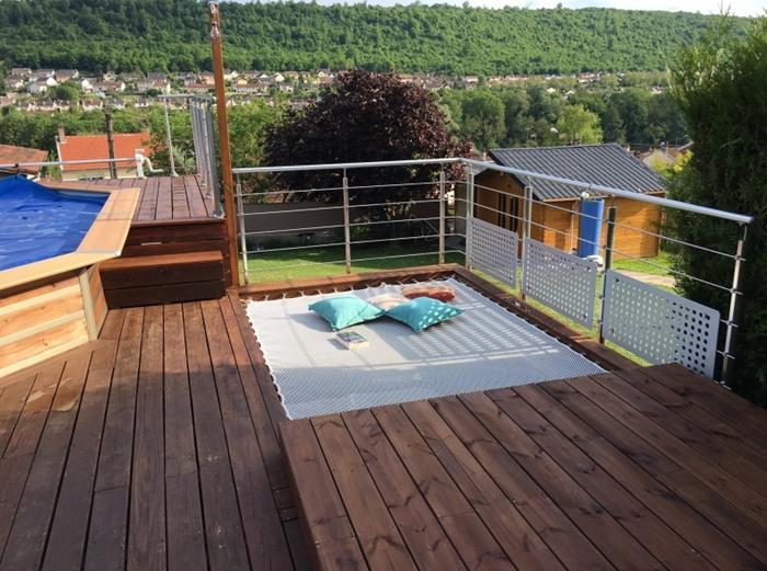 amenagement exterieur design tendance terrasse bois fonce filet habitation cordage coussins decoratifs