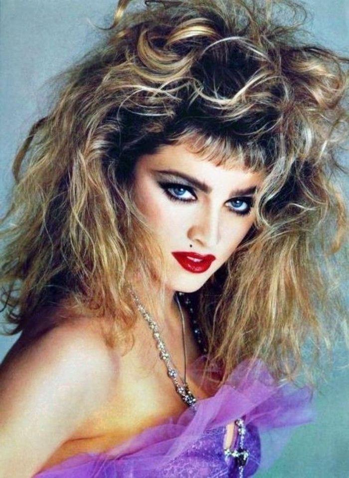 année 80 madonna inspiration pour maquillage un top violet cheveux bouffantses et un colier