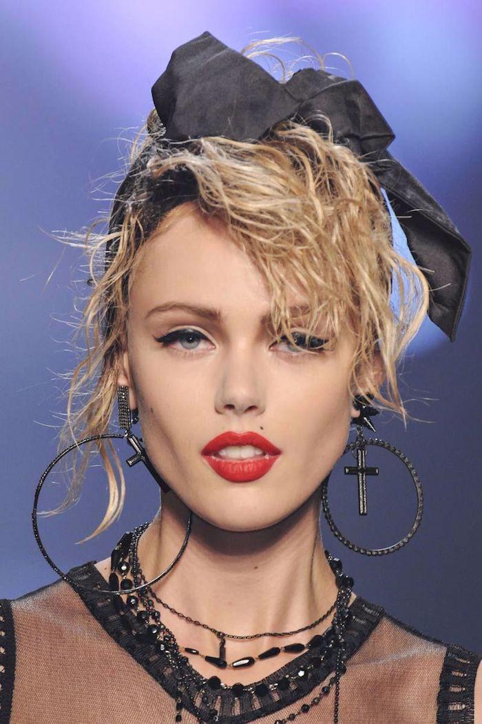 année 80 madonna maquillage et source d inspiration avec des grandes boucles d oreiles et le rouge a levres iconique