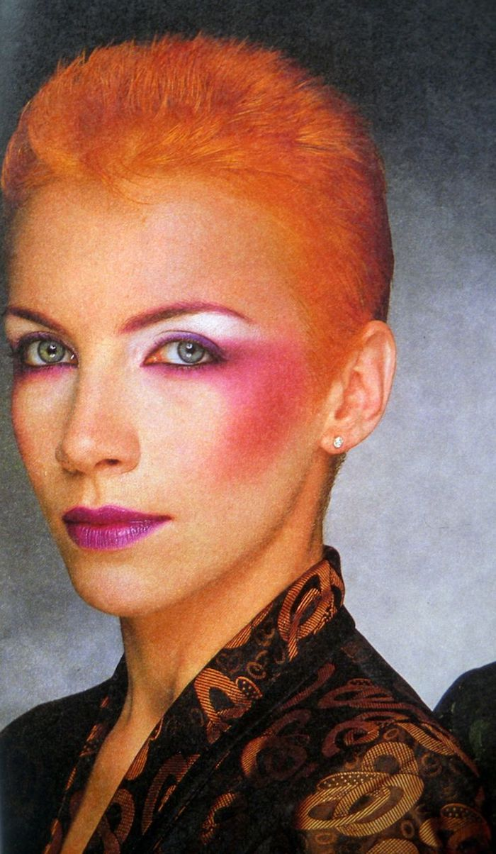 annie lenox make up anée 80 en style punk des cheveux courtes oranges et maquillage rose brillant