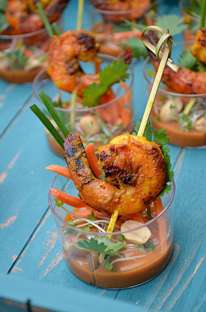 apéro chic et facile brochette apéro de crevette grillée à la sauce de cacahuète et légumes