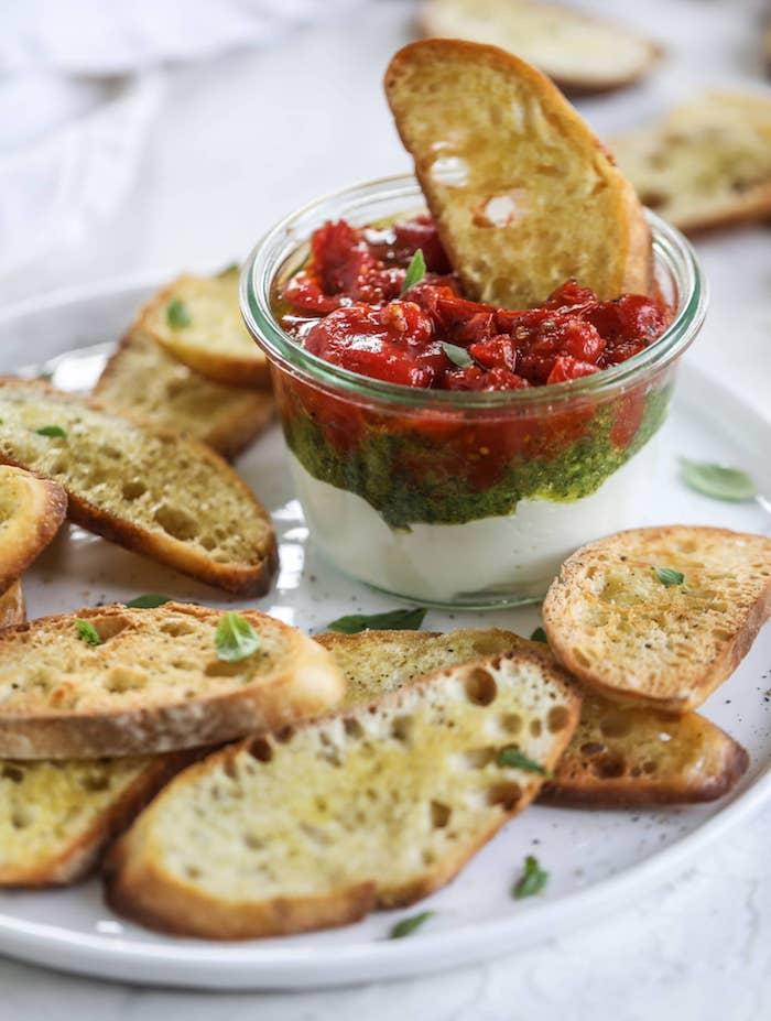 apéro chic et facile ricota pesto de basilic et confture de tomate servis avec bruschetta maison