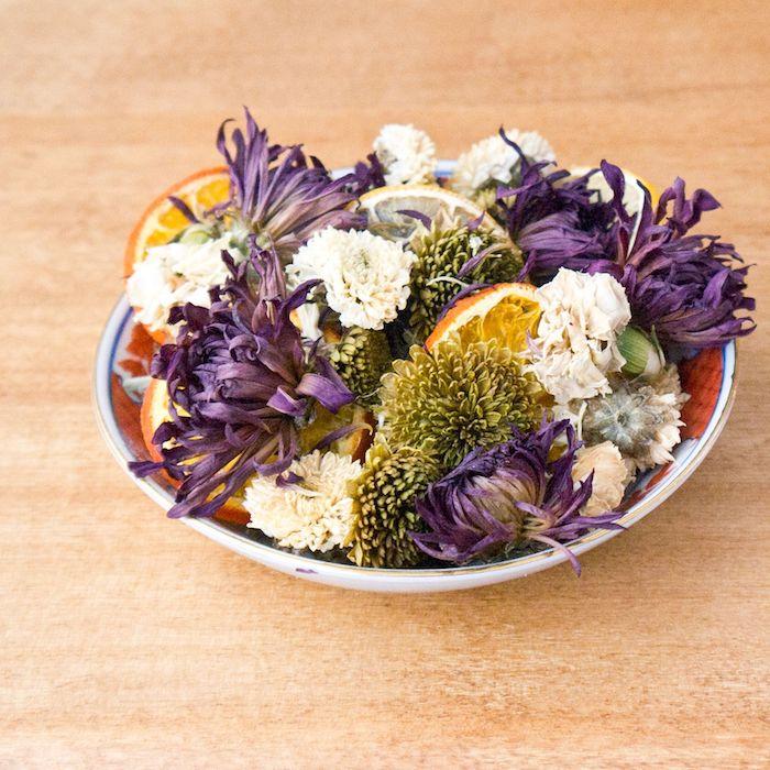 assiette remplie de fleurs variés et de tranches d agrumes idee pot pourri a fabriquer decoration florale diy