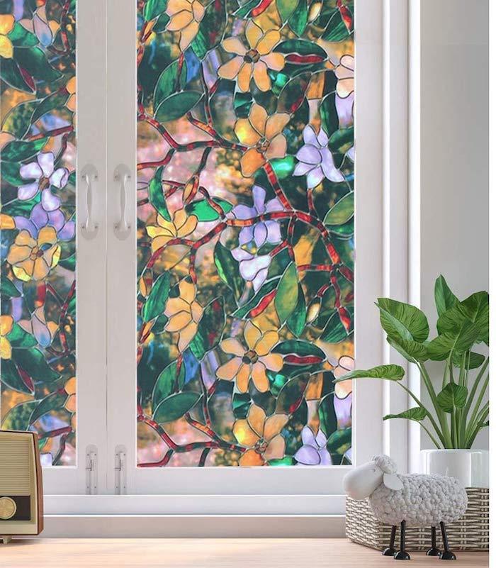 autocollant sur un vitre en motifs floraux une jouette brebis et un pot a fleur decoration facile