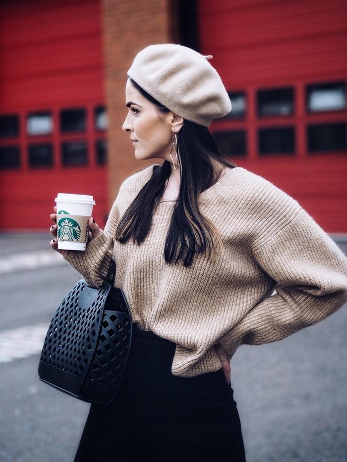 béret beige pull oversize beige jupe noire taille haute tenue femme chic sac à main cuir niur boucles d oreilles or