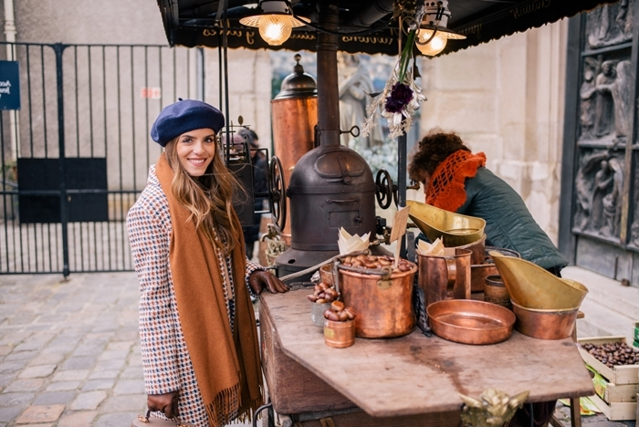 béret bleu foncé écharpe franges camel manteau pieds de poules motifs comment s habiller en hiver gants cuir marron