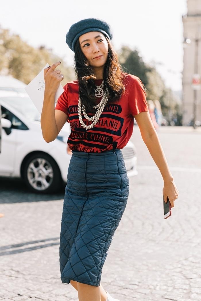 béret gris foncé jupe noire longueur genoux taille haute tenue femme chic t shirt rouge accessoires collier