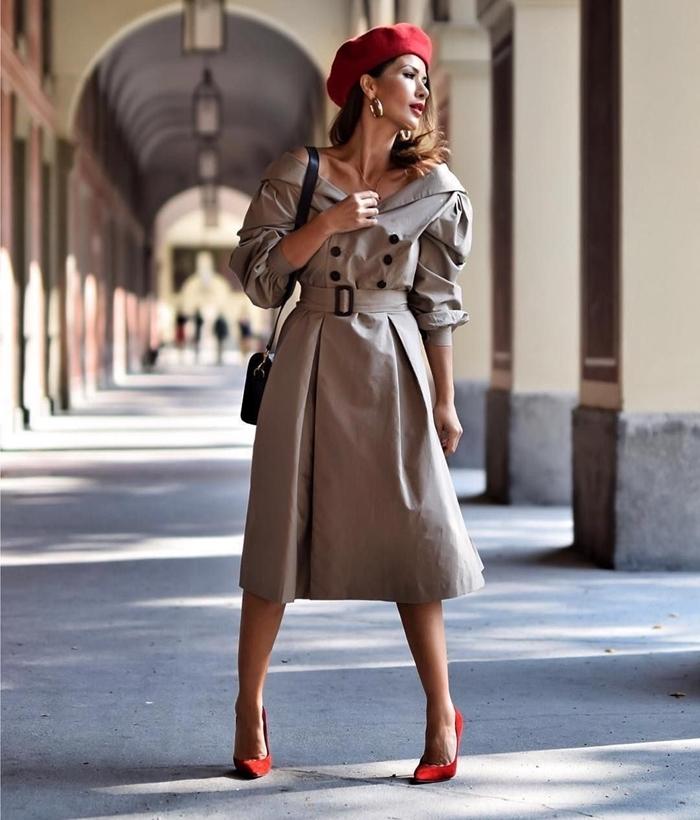 béret rouge boucles d oreilles or comment mettre un béret chaussures talons rouges robe ceinture épaules dénudées