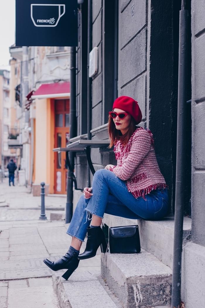 béret rouge tenue femme chic lunettes de soleil rouge et noir jeans slim fit femme bottines cuir noir talons veste franges