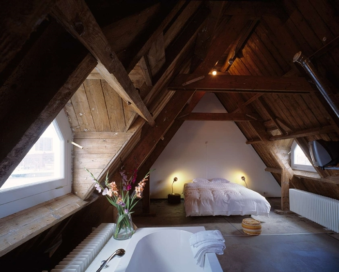 baignoire autoportante chambre parentale avec salle de bain mur blanc revêtement plafond poutres bois brut lit