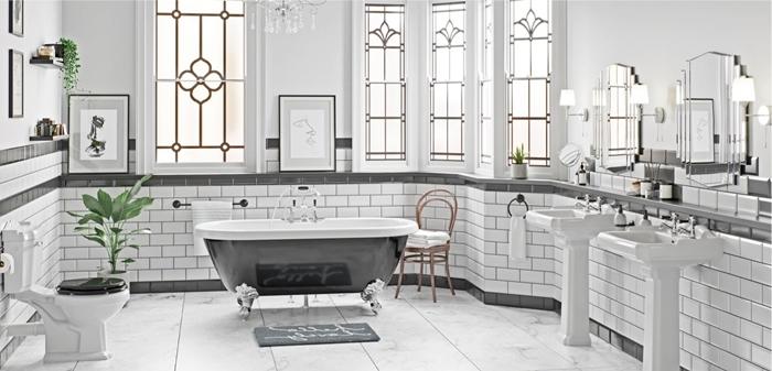 baignoire sur pieds chrome salle de bain retro chic peinture murale blanche fenêtres accents laiton miroirs évier piédestal