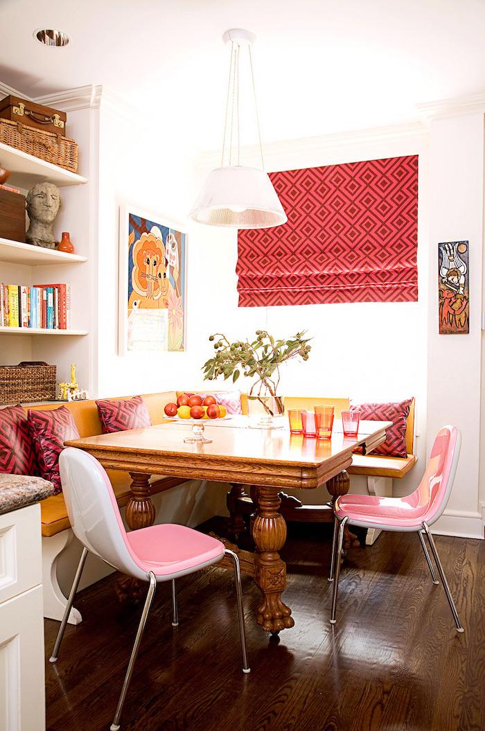 bar plan de travail avec un canape et chaises en couleurs vifs un tapis rose au mur idee de decoration