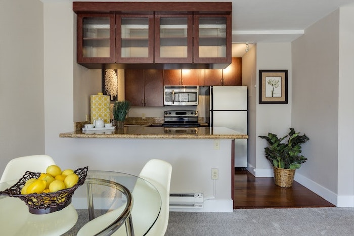 bar plan de travail dans une petite cuisine avec un coin de repas integre placards en bois pendants du plafons