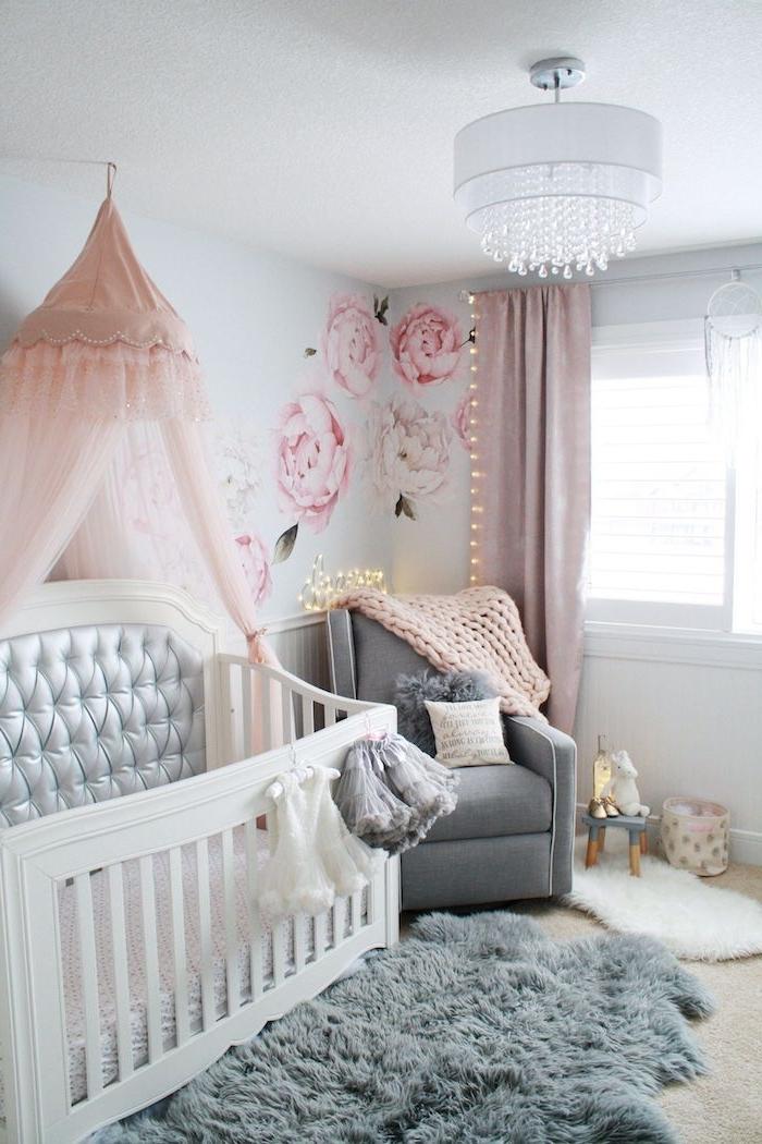 berceau bébé blanc capitonnée ciel de lit rose fauteuil et plaid cocooning tapis gris original guirlande lumineuse originale