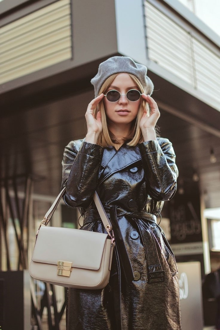 beret parisien laine gris lunettes de soleil femme rondes manteau cuir noir sac à main cuir beige tenue femme classe