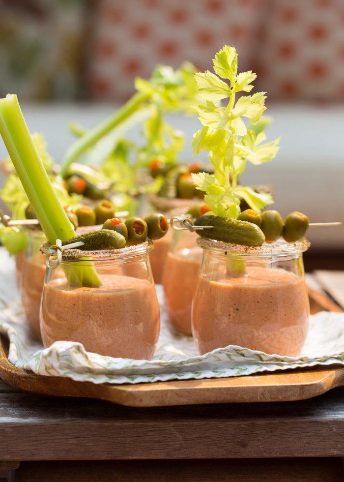 bloody merry gazpacho soup maison verrines apéritives avec brochette de cornichons suris et olives