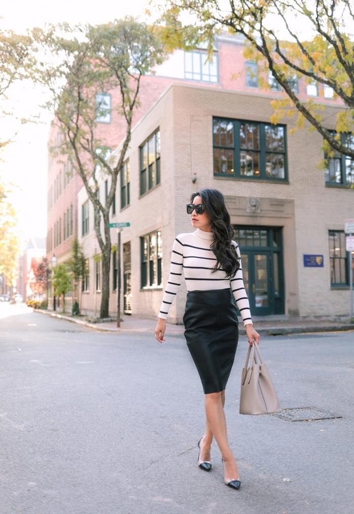 blouse rayures blanc et noir jupe crayon simili cuir noir longueur genoux chaussures talons sac à main beige