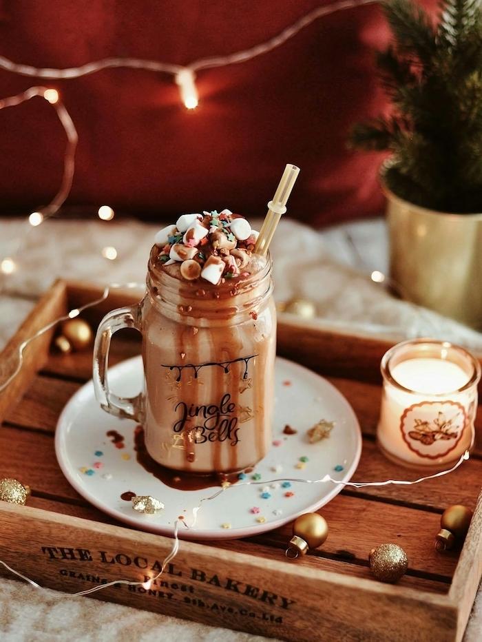 boisson café cacao chocolat et lait décorée de guimauves et vermicelles de sucre