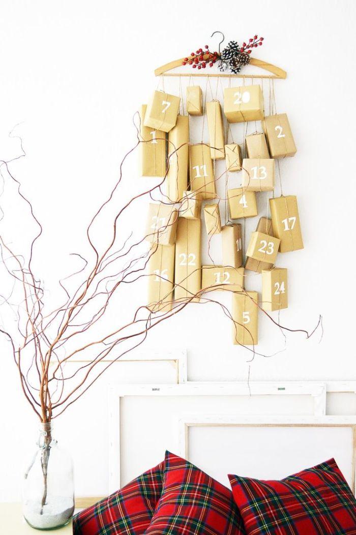 boite cadeau enveloppée de papier kraft plusieurs boites suspendues sur des fils à un cintre de bois avec numéro