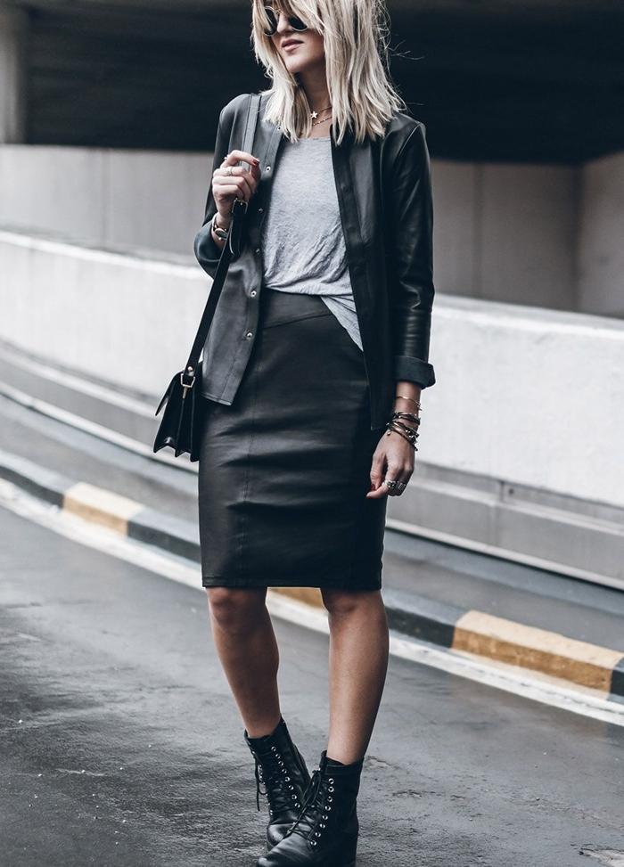 bottines avec jupe noire taille haute cuir longueur genoux bottines lacets noires t shirt gris veste cuir noir