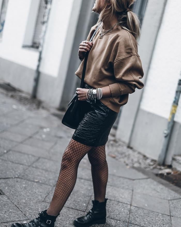 bottines cuir noir collants tenue avec jupe en cuir hiver noire sac bandoulière bijoux argent pull marron montre