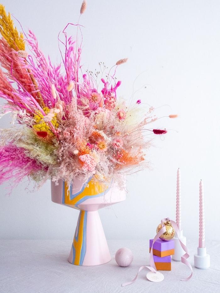 bouquet de fleurs séchées décoration colorée intérieur objets déco bougies roses boîte cadeau orange et violet ruban rose