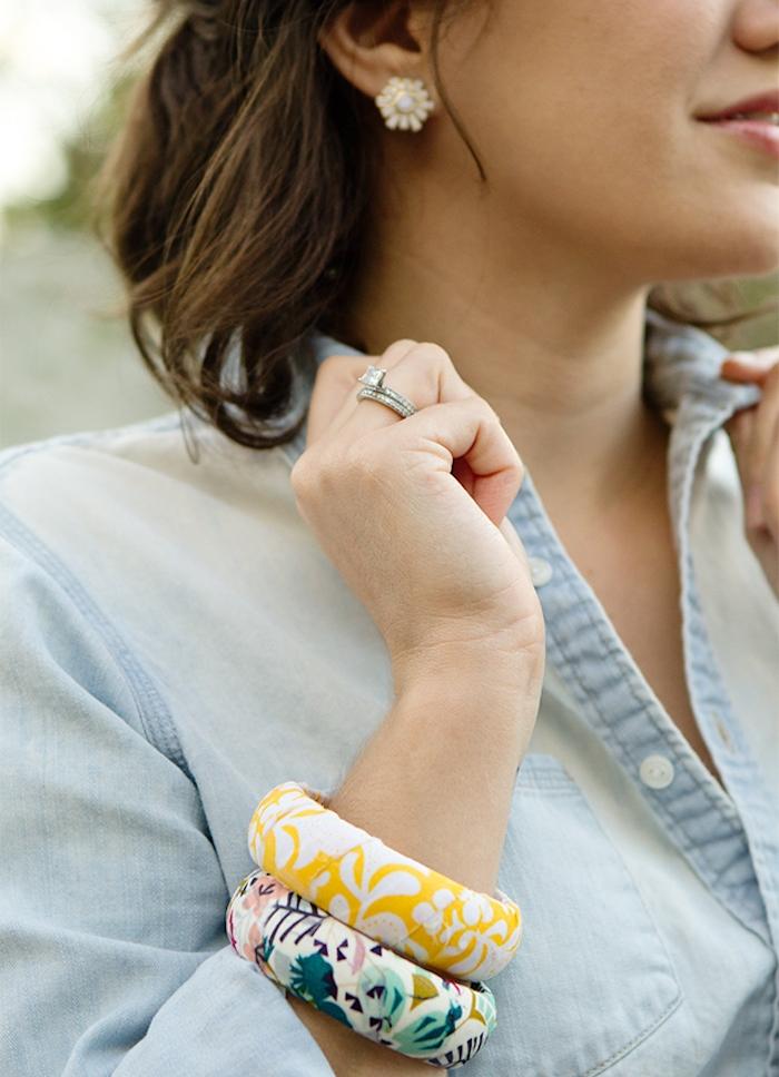 bracelets avec tissu coloré collé sur bracelet fabriquer des objets en tuss idée recyclage diy activité manuelle adulte