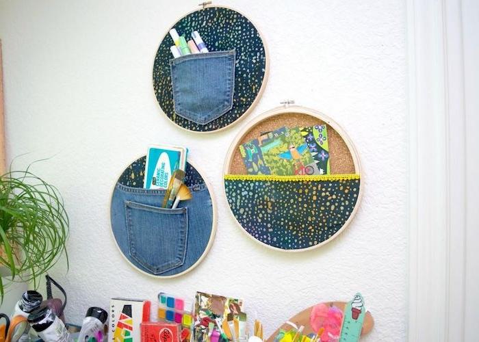 bricolage avec tambour à broder idée rangement murale avec des chutes de tissu recyclées creation deco diy